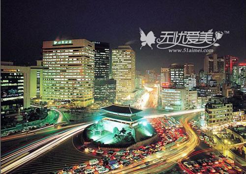 首尔距半岛西海岸约30公里,距东海岸约185公里,北距平壤约260公里.